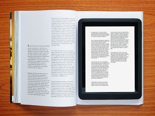 ereader-sobre-libro-en-papel-ebook-vs-libro